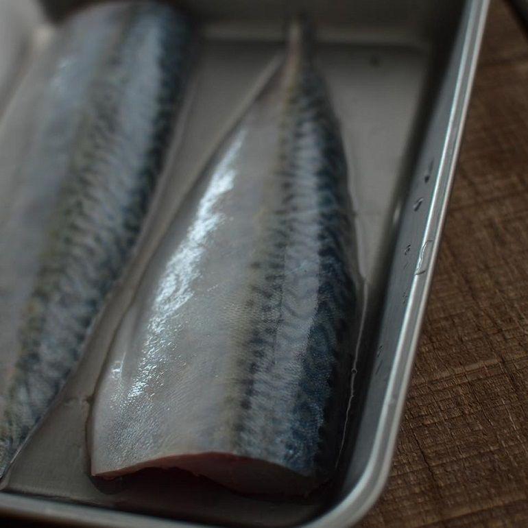 烤魚的時候魚皮要朝上還是朝下?